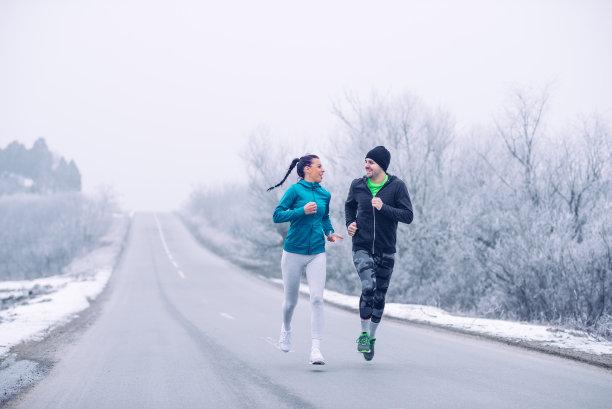 冬季情侣奔跑