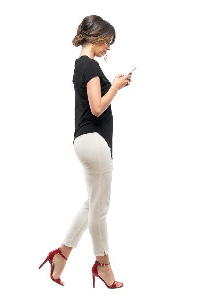走路看手机的女性