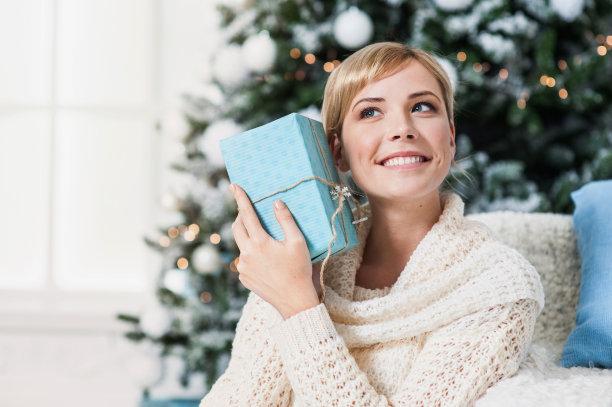 开心拿着礼物的女人