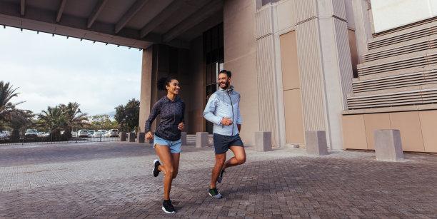 外国情侣奔跑运动