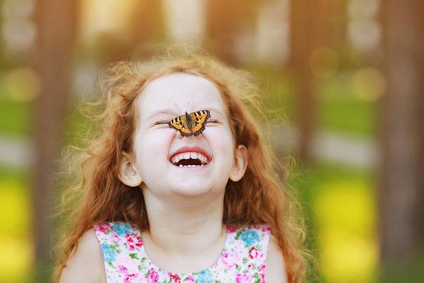 鼻子上停着蝴蝶的儿童
