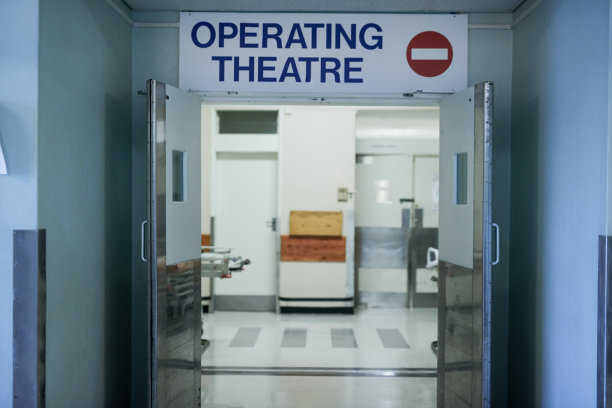 开着的手术室门口
