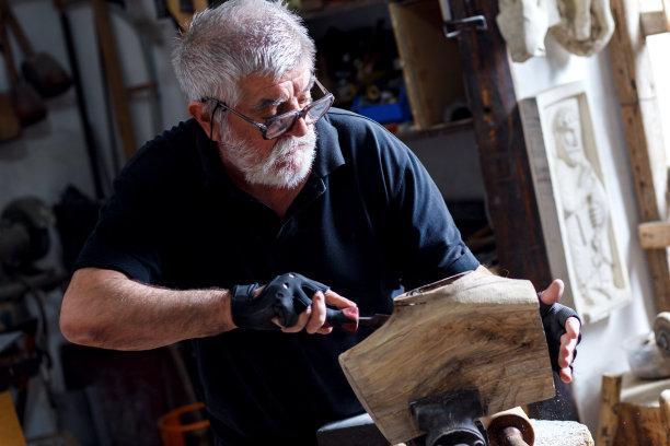 老年人艺术家锤子
