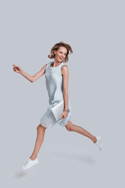 穿蓝色连衣裙的美女