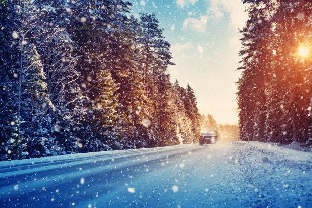 冰天雪地里汽车行驶