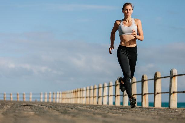 奔跑的女运动员