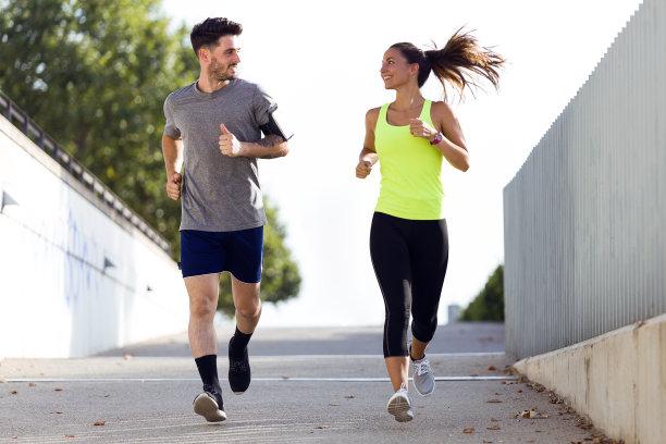情侣一起跑步运动