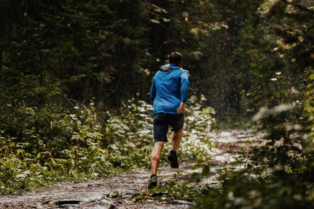 男性登山奔跑