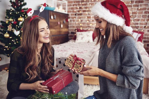 圣诞节互送礼物