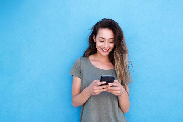 玩手机的女性