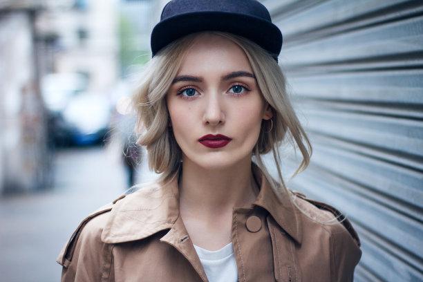 金色头发女人