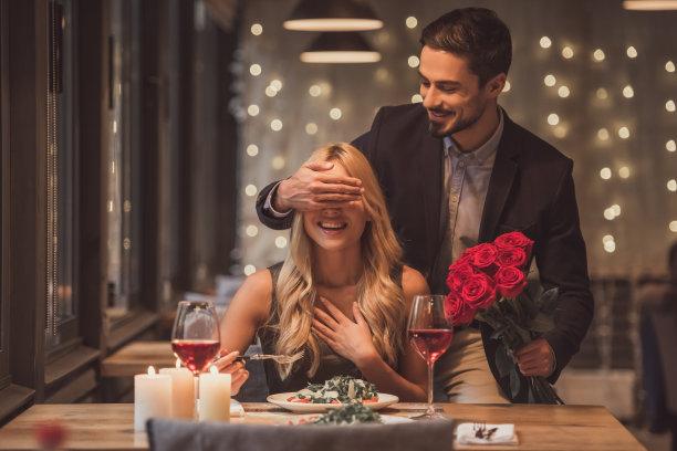情侣浪漫烛光晚餐