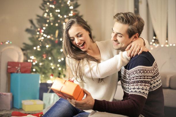 情侣惊喜送礼物