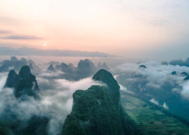 在上面山云景