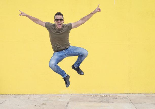 跳起来的男性摄影