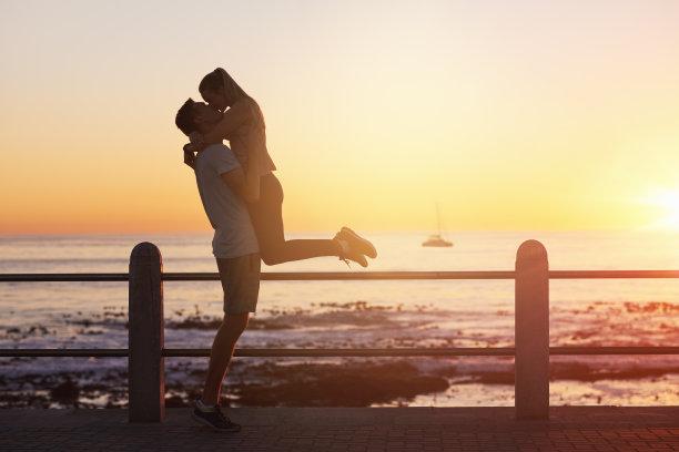 海边幸福相拥的情侣
