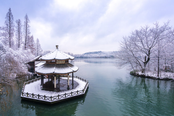 亭台楼阁杭州雪