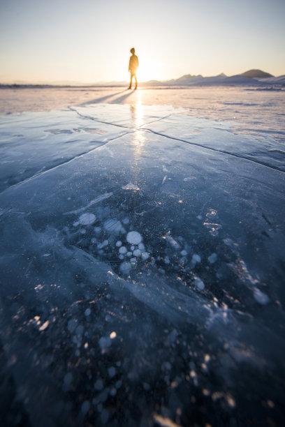 湖冻结的男人