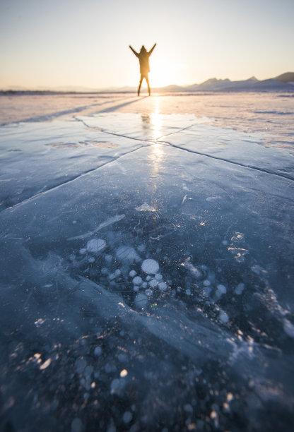 冻结的湖男人