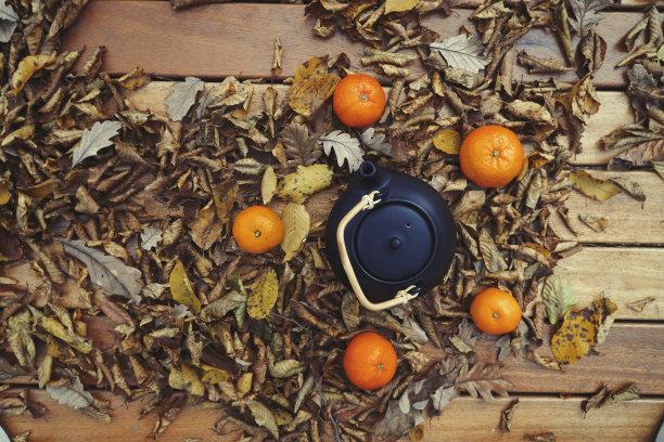秋天落叶上的茶壶
