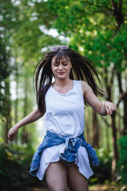 树林中的美女