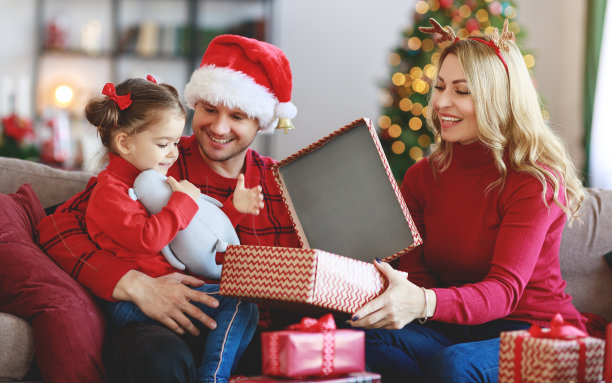 家人送圣诞礼物