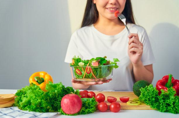 女孩吃蔬菜水果