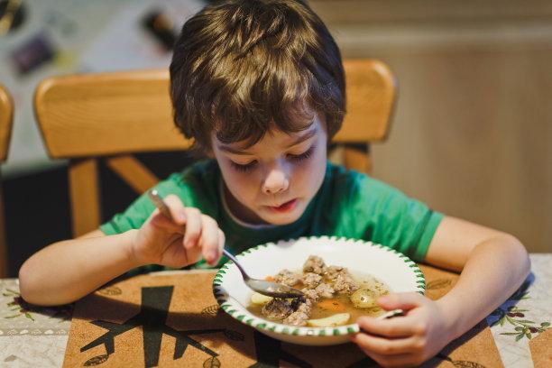 晚餐男孩可爱的