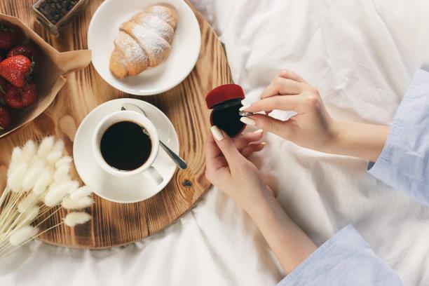 浪漫拿着咖啡