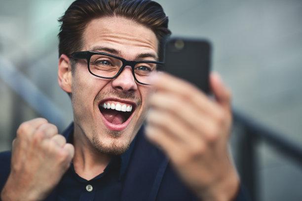 男商人电话机图片
