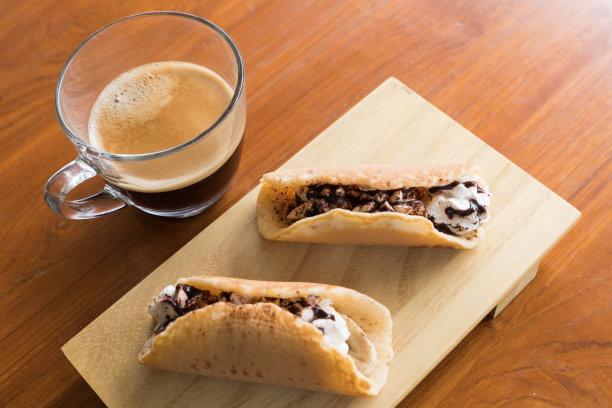 小圆面包浓咖啡薄烤饼