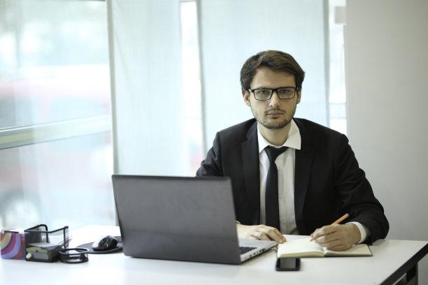 办公室青年男人图片