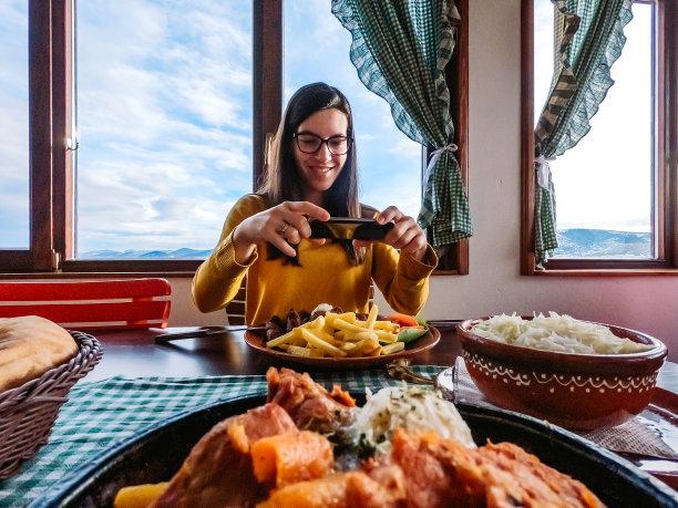 女人餐馆沙拉
