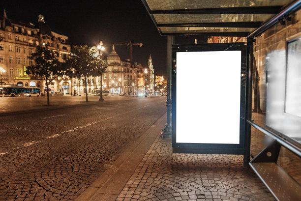 公共汽车站布告栏夜晚