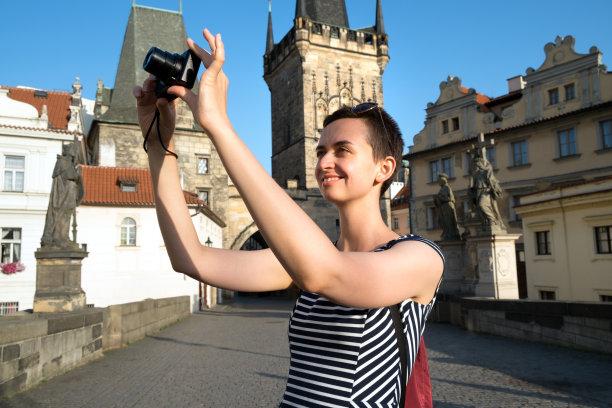 旅途青年女人图片