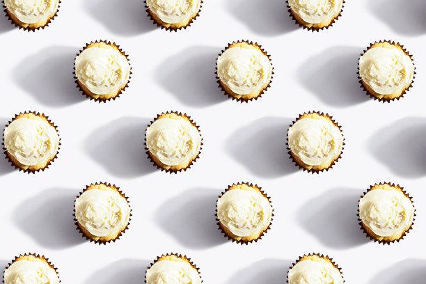 白色糖衣纸杯蛋糕