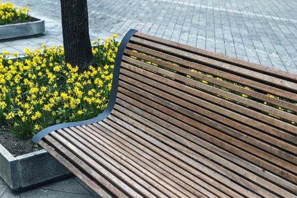 背景木制长椅