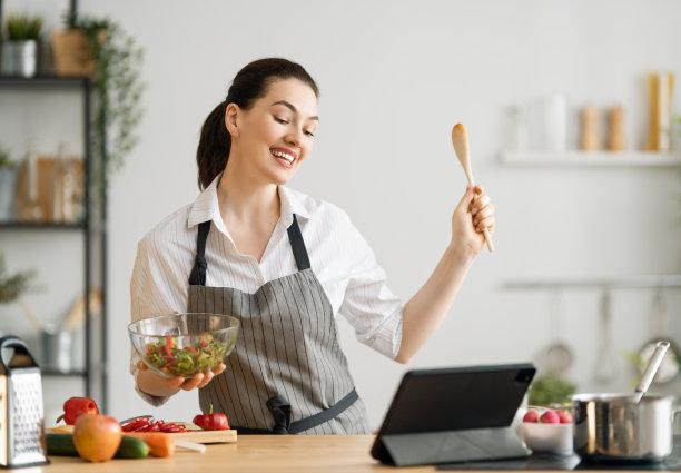 膳食女人准备食物