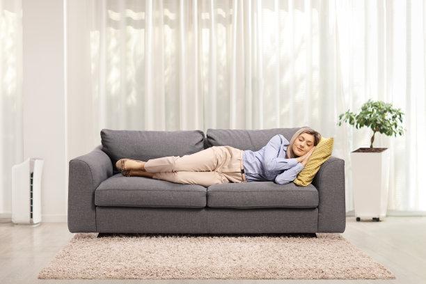 午后在沙发上休息